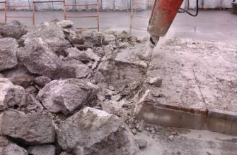 процесс демонтажа фундамента при помощи оборудования