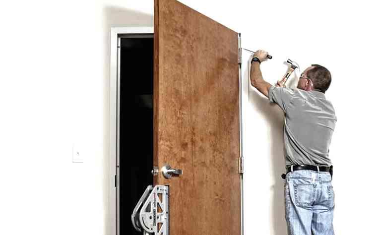 процесс демонтажа входной двери