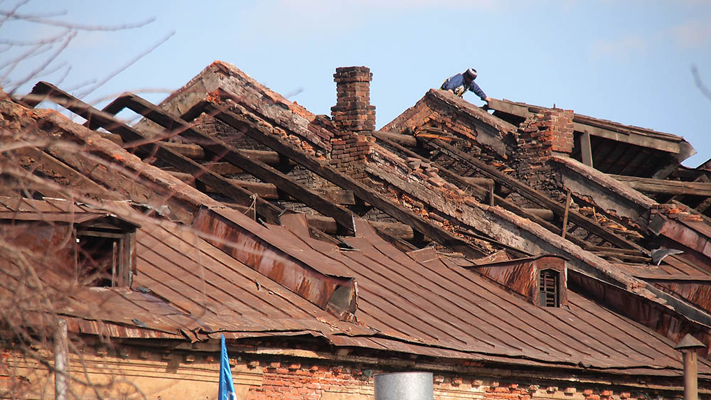 процесс удаления старой крыши